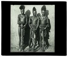 Groupe de guerriers de la Dongoena [trois hommes de face]