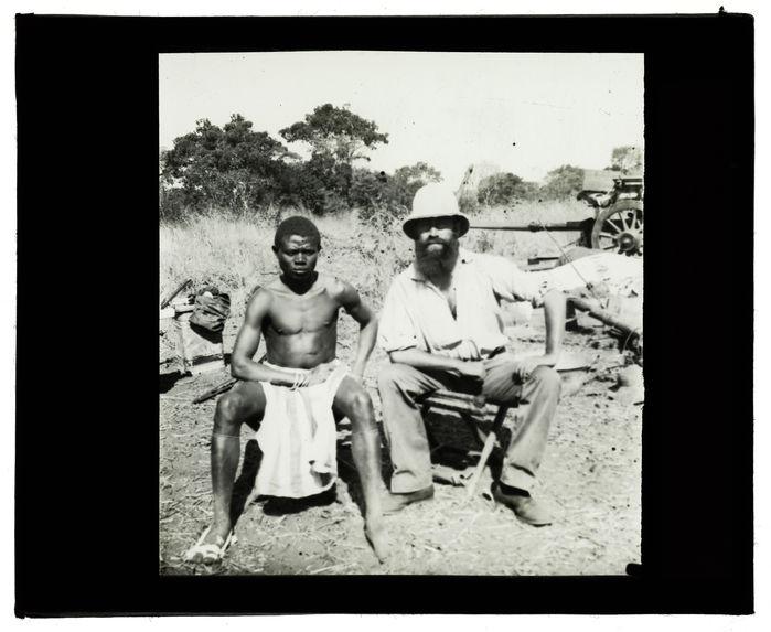 Type de Cuambi, capitaine Grimaud et nègre Kacuambi, passage du Cuïto, 15 juin 1913