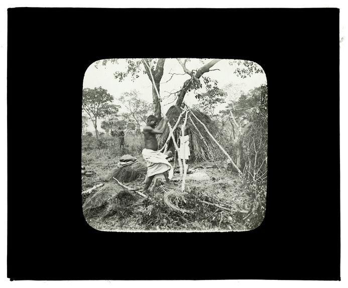 Sans titre [construction en feuillages au bord de la Luanginga, 1er octobre 1913]