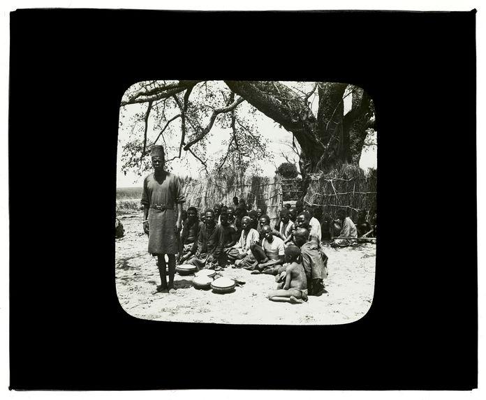 Sans titre [groupe de Mokomas et de Gengistes apportant des présents, 15 octobre 1913]