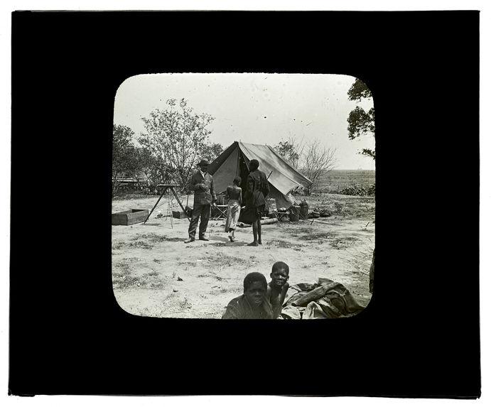 Sans titre [tente du Capitaine Grimaud dressée près de la Mission Evangélique de Lealui, octobre 1913]