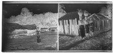 Village, homme. Porteurs d'eau Cham devant une palissade