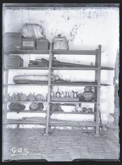 Le mobilier rituel du culte des dady, sur les étagères de la tranovinta des Sakalava